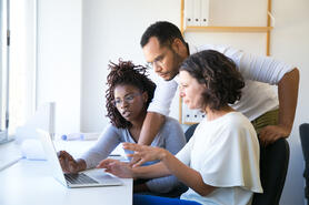 instructor-helping-new-employees-with-corporate-software